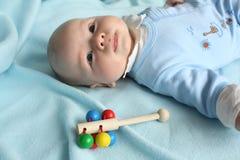 Bebé com um chocalho Fotos de Stock Royalty Free