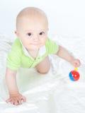Bebé com um chocalho Imagens de Stock Royalty Free