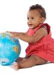 Bebé com um globo do mundo foto de stock
