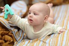 Bebé con alfabeto Fotografía de archivo