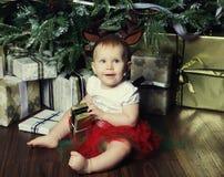 Bebé con el árbol de navidad de adornamiento cercano de la caja de regalo Tiempo feliz Fotografía de archivo