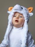 Bebé con el Año Nuevo 2015 del sombrero de las ovejas Foto de archivo