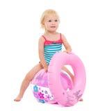 Bebé con el anillo inflable que se sienta en bola Fotos de archivo libres de regalías