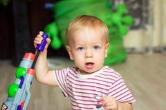 Bebé con el arma del juguete Imagen de archivo