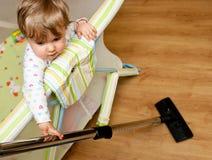 Bebé con el aspirador Imagen de archivo libre de regalías