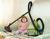 Bebé con el aspirador Foto de archivo
