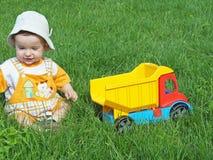 Bebé con el carro del juguete Imágenes de archivo libres de regalías