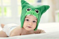 Bebé con el casquillo divertido foto de archivo libre de regalías