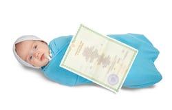 Bebé con el certificado de nacimiento Imagen de archivo libre de regalías