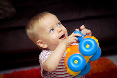 Bebé con el coche del juguete fotografía de archivo
