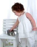 Bebé con el conejito imagen de archivo
