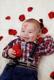 Bebé con el corazón de las tarjetas del día de San Valentín Foto de archivo libre de regalías