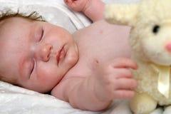 Bebé con el cordero fotos de archivo