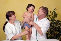 Bebé con el doctor. Fotografía de archivo libre de regalías