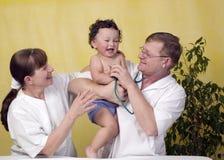 Bebé con el doctor. Foto de archivo libre de regalías