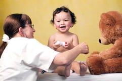 Bebé con el doctor. Foto de archivo