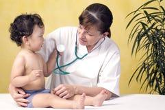 Bebé con el doctor. Imagen de archivo libre de regalías