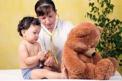 Bebé con el doctor. Fotografía de archivo