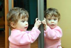 Bebé con el espejo fotos de archivo libres de regalías