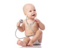 Bebé con el estetoscopio. Imagen de archivo