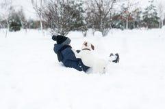 Bebé con el juego del perro en parque del invierno fotos de archivo libres de regalías