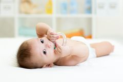 Bebé con el juguete del teether Foto de archivo libre de regalías
