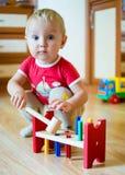 Bebé con el juguete que se convierte en casa Imagen de archivo