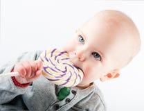 Bebé con el lollipop Imagen de archivo libre de regalías