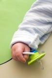 Bebé con el maniquí de un bebé Imagen de archivo libre de regalías