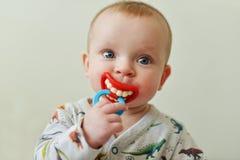 Bebé con el maniquí divertido imagenes de archivo