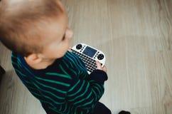 Bebé con el mini teclado Imagen de archivo