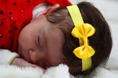 Bebé con el muslo del arco del yelow Fotografía de archivo