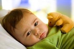 Bebé con el oso del juguete Fotografía de archivo