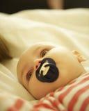 Bebé con el pacificador Fotografía de archivo libre de regalías
