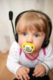 Bebé con el pacificador del receptor de cabeza Fotos de archivo