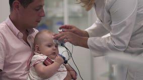 Bebé con el padre en el hospital metrajes