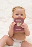 Bebé con el pasaporte ruso Foto de archivo libre de regalías