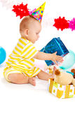 Bebé con el presente de cumpleaños Foto de archivo