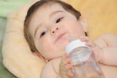 Bebé con el primer de la botella Fotografía de archivo