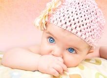 Bebé con el sombrero de la flor Imagen de archivo