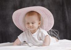 Bebé con el sombrero rosado Imagen de archivo libre de regalías