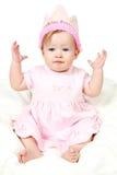 Bebé con el sombrero y la mano del cumpleaños en el aire fotografía de archivo libre de regalías