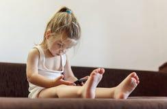 Bebé con el teléfono móvil fotografía de archivo libre de regalías