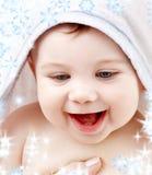 Bebé con el traje del hoodie de terry en la pista Imágenes de archivo libres de regalías