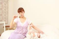 Bebé con fiebre Imágenes de archivo libres de regalías