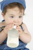 Bebé con la botella fotografía de archivo libre de regalías