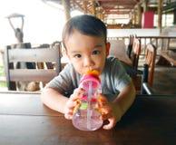 Bebé con la botella de agua Imagenes de archivo