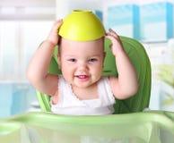Bebé con la botella en el fondo blanco foto de archivo libre de regalías