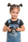 Bebé con la cámara del vintage que presenta en estudio Aislado Imagenes de archivo