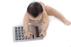Bebé con la calculadora de bolsillo foto de archivo libre de regalías